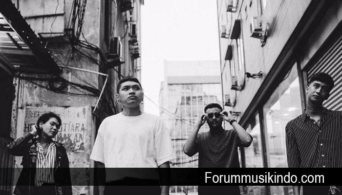 Band Gho$$ Konsisten Pakai Gaya Monokrom di Video Klip