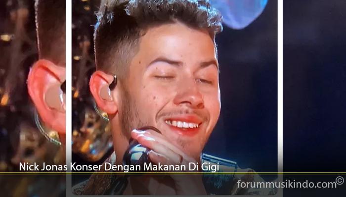 Nick Jonas Konser Dengan Makanan Di Gigi